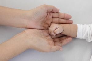 赤ちゃんとお母さんの両手.jpg